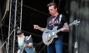 "Eagles of Death Metal: ""Everyone has to have guns"" after Paris attacks"
